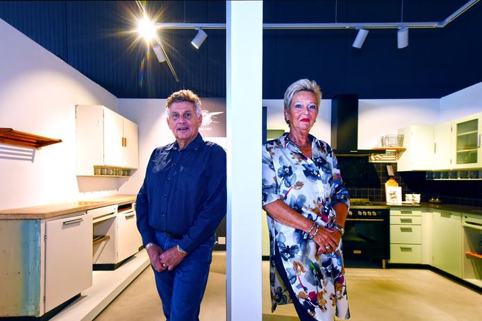 Jan Potappel en Marjan Meiland zijn beiden meer dan 40 jaar in dienst van Bruynzeel. Beide routiniers zagen Bruynzeel veranderen. Links de eerste keuken van Piet Zwart, rechts de huidige versie daarvan.