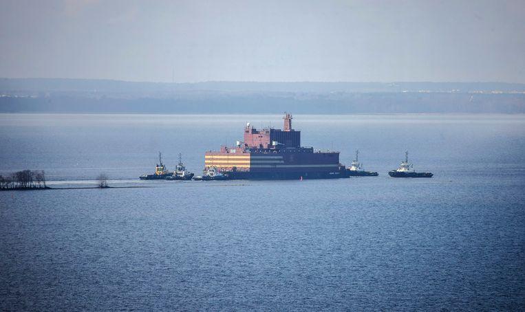 De Akamedik Lomonosov, de eerste drijvende kerncentrale van Rusland, wordt de Oostzee op gesleept.  Beeld EPA