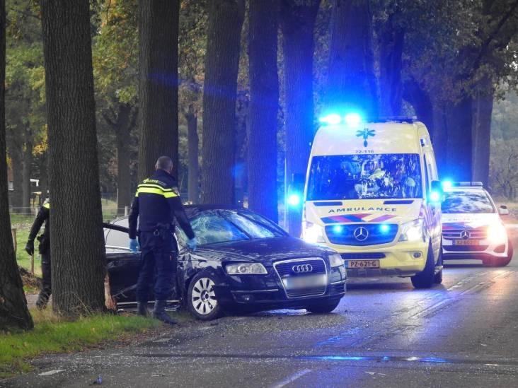 Bestuurder naar ziekenhuis na botsing tegen boom bij Veldhoven