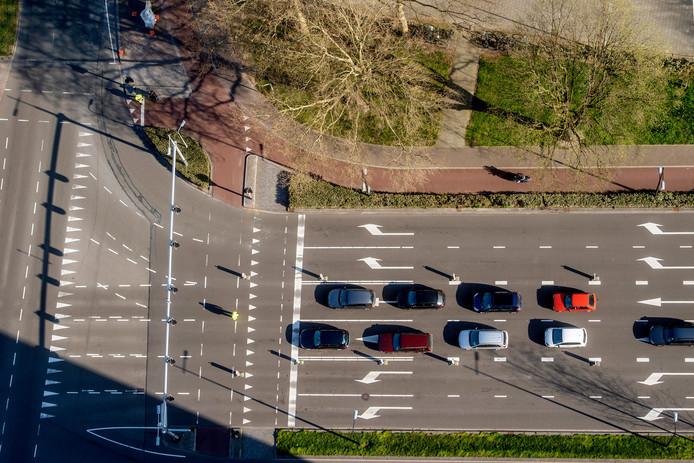 Op verschillende kruisingen met kapotte verkeerslichten zette de gemeente verkeersregelaars in, zoals hier bij de Ringbaan West.
