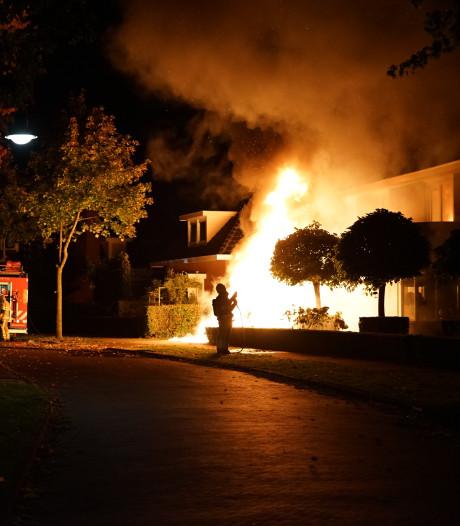 Huis raakt beschadigd nadat auto volledig afbrandt