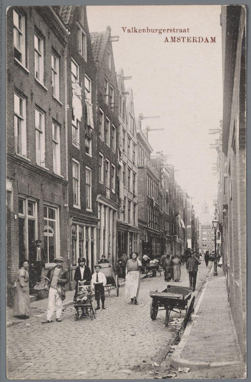 Sfeerbeeld uit de Valkenburgerstraat, 1906-1918.  Beeld Collectie Joods Historisch Museum, Collectie Jaap van Velzen