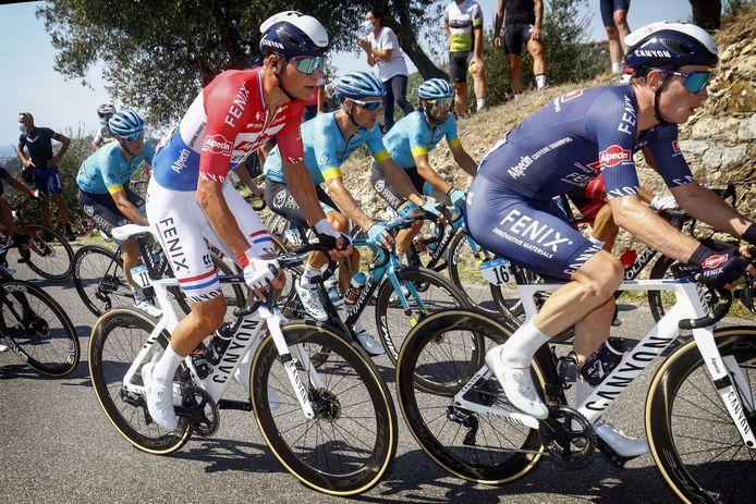 Mathieu van der Poel (links) gebruikt de Tirreno-Adriatico om zich voor te bereiden op de komende klassiekers.