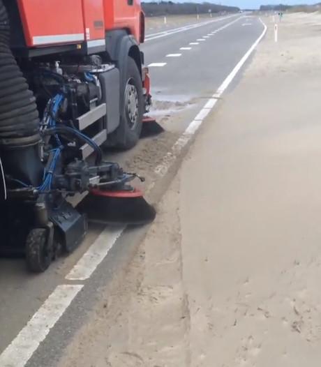 Zand op N57 bij Scharendijke door harde wind