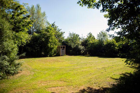 Een van de ruime plaatsen op de naturistencamping Grensland in Nieuwmoer.
