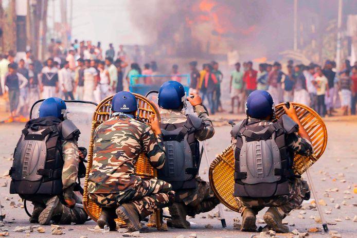 Het komt vandaag tot een confrontatie tussen protestanten en politie in Kolkata, India.