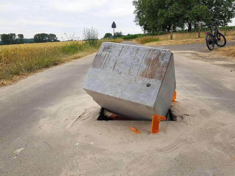 Vandalen trokken de stenen tractorsluis al uit het wegdek op de Kiethomstraat, op de grens van Beert en Halle.