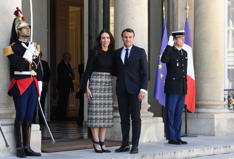 De premier van Nieuw-Zeeland Jacinda Ardern (L) en de Franse president Emmanuel Macron (R)