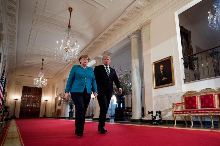 Merkel en Trump op weg naar de persconferentie na hun ontmoeting Beeld epa