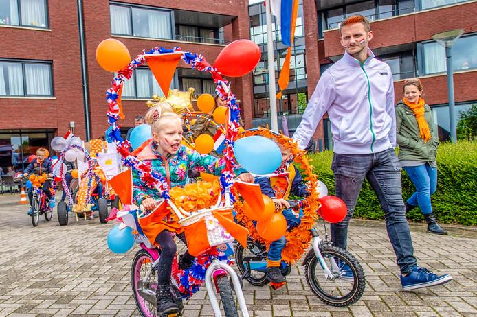 Kids op versierde fietsen tijdens Koningsdag.