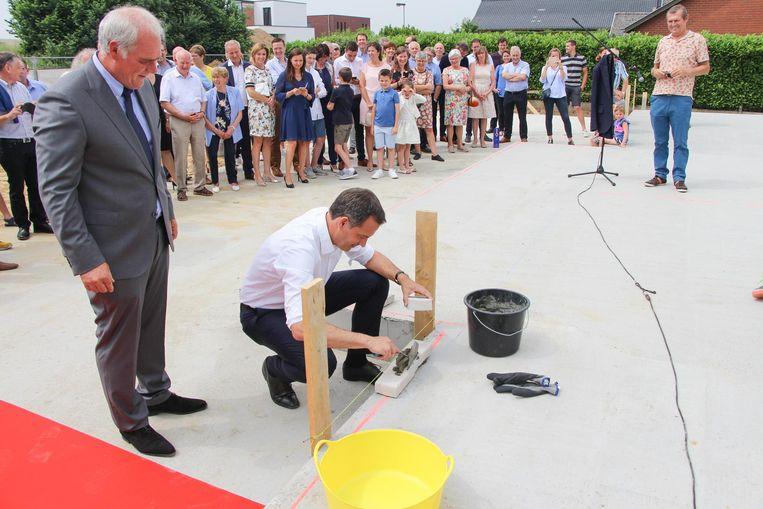 Burgemeester De Croo mocht de eerste symbolische steen leggen.