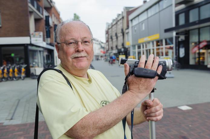 Frans Rientjes, stadsfilmer sinds 1969, heeft al aardig wat camera's versleten. Hij heeft zijn 200ste stadsjournaal gemaakt.