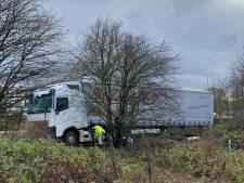 Vrachtwagen belandt achter vangrail Ring: bestuurder levensgevaarlijk gewond