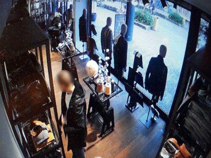 Een winkeldief sloeg toe bij overhemdenspeciaalzaak Taste for Shirts in Alphen.