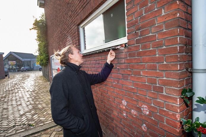 Bas Blij bekijkt de schade aan zijn woning.