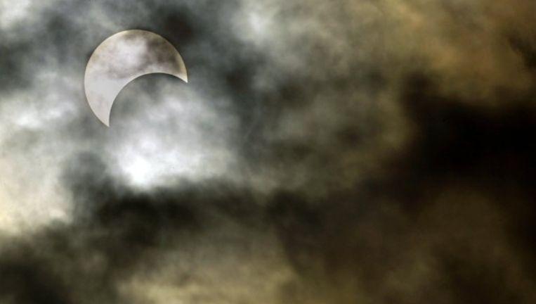 Zonsverduistering in Nederland op 3 oktober 2005: maan en wolken vechten om de titel wie de meeste zonnestralen tegenhoudt. Beeld ANP