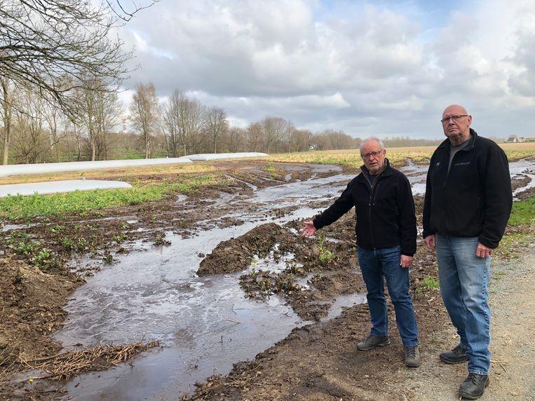 Daniël Poesmans en Willy Van Lokeren van Natuurpunt MaViSt zien de mest met lede ogen in grachten en beken stromen.