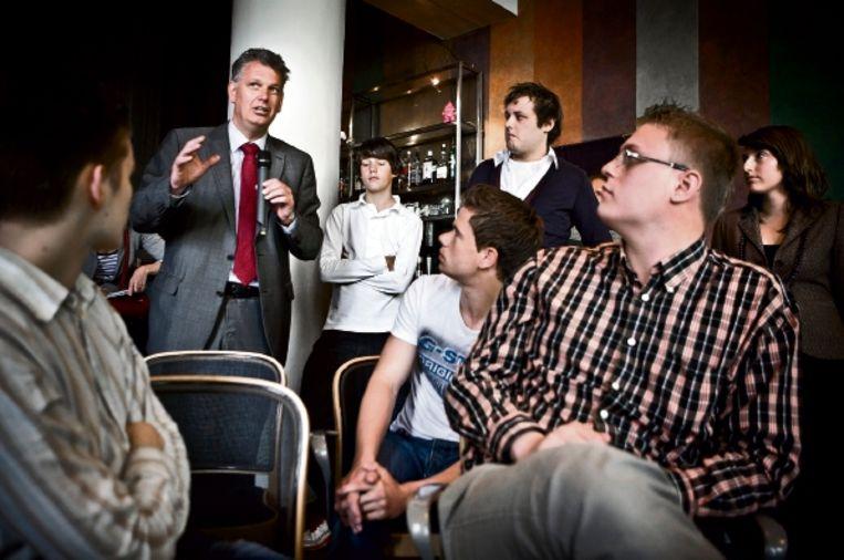 Hero Brinkman (met microfoon) gisteren bij een bijeenkomst om te peilen of er animo is voor een PVV-jongerenpartij. (FOTO ROGER DOHMEN ) Beeld Roger Dohmen