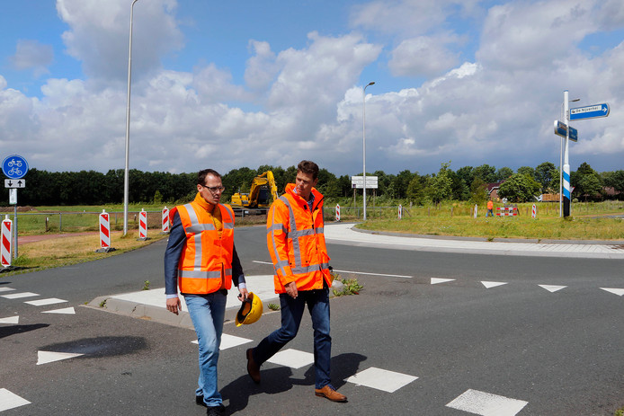 Wethouder Martien de Bruijn ( links) houdt de omleidingen in de gemeente Rucphen in zijn pakket.