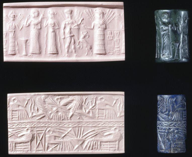 Dumuzi (tweede van rechts) is uit de dood opgestaan en wordt begroet door zijn zus, volgens Broekema. Afdruk (rechts) van een Sumerische rol (links). Beeld British Museum