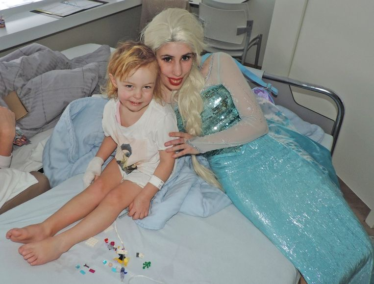 Cosplayer Elsa gaf de geschenkjes af aan alle zieke kinderen.