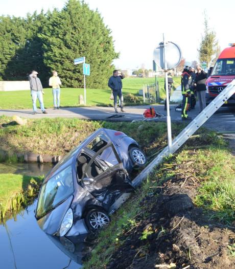 Auto te water na aanrijding in Zevenhuizen, één gewonde