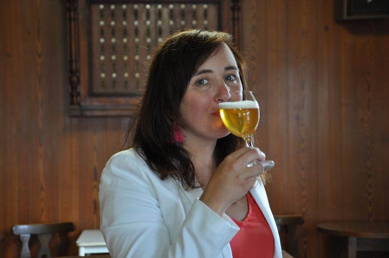 Biersommelier Sofie Vanrafelghem proeft voor ons enkele streekbieren.