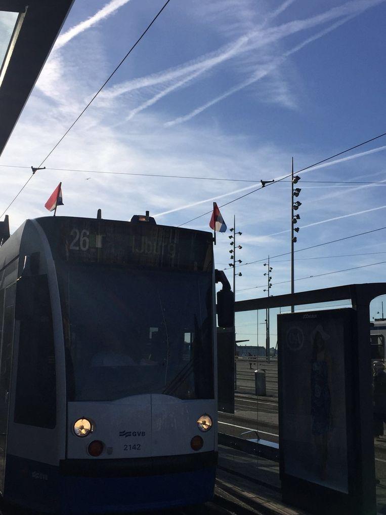 Tram 26 met twee Nederlandse vlaggen Beeld Redactie