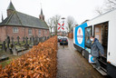 De wagen van SRV-man Hans van Steen naast de Sint-Annakapel in Molenschot.