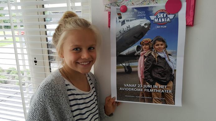 Madelief bij de poster van de film Skymania