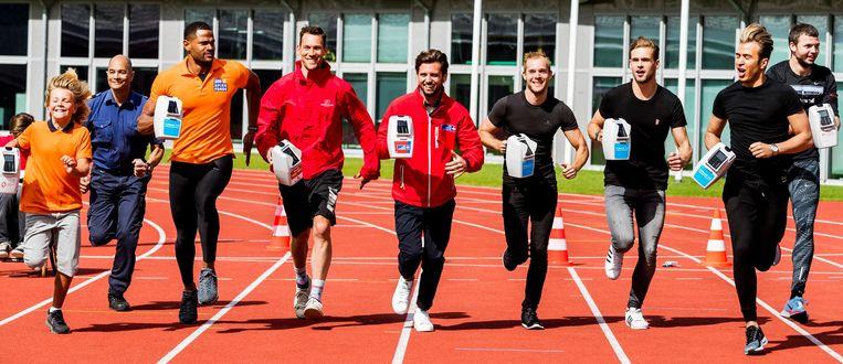 BN'ers rennen tijdens de presentatie van de collectebus waarmee contactloos betaald kan worden. Beeld anp