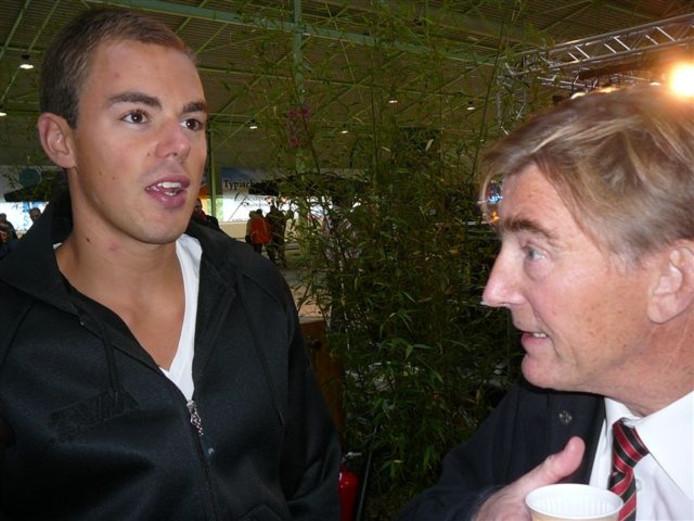 Schaatser Wouter Olde Heuvel (links) praat met ISU-gedelegeerde Jan Dijkema over de nieuwe ijsbaan. Foto: Dolf Ruesink
