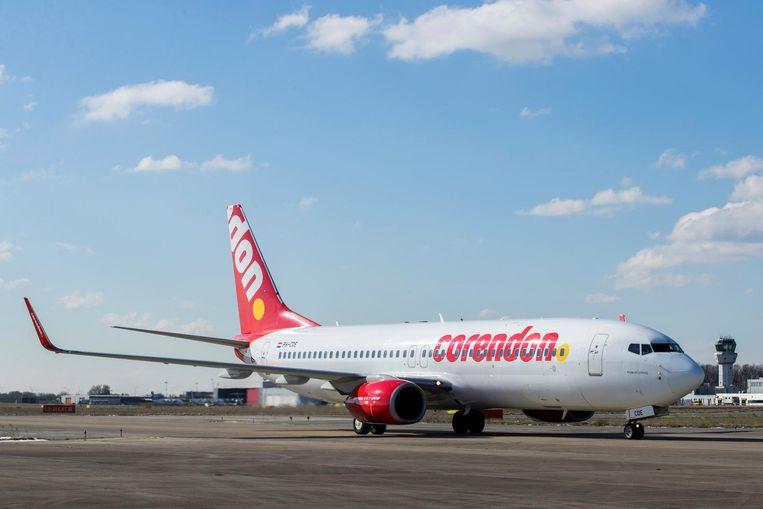Een vliegtuig van Corendon landt op luchthaven Maastricht Aachen Airport voorafgaand aan een persbijeenkomst van Corendon. Beeld ANP