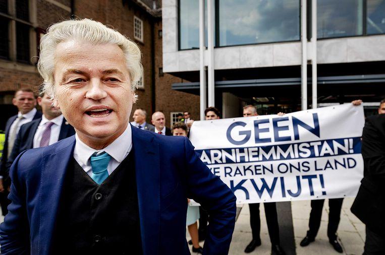 PVV-leider Geert Wilders, de Gelderse PVV-fractievoorzitter en Eerste Kamerlid Marjolein Faber en enkele andere PVV-ers voerden voor het gemeentehuis van Arnhem actie tegen de benoeming van Ahmed Marcouch als nieuwe burgemeester. Beeld ANP