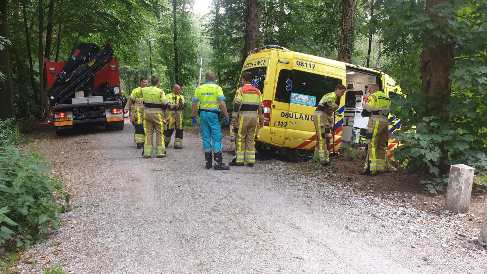 De ambulance reed zich vast in een bos in Groesbeek