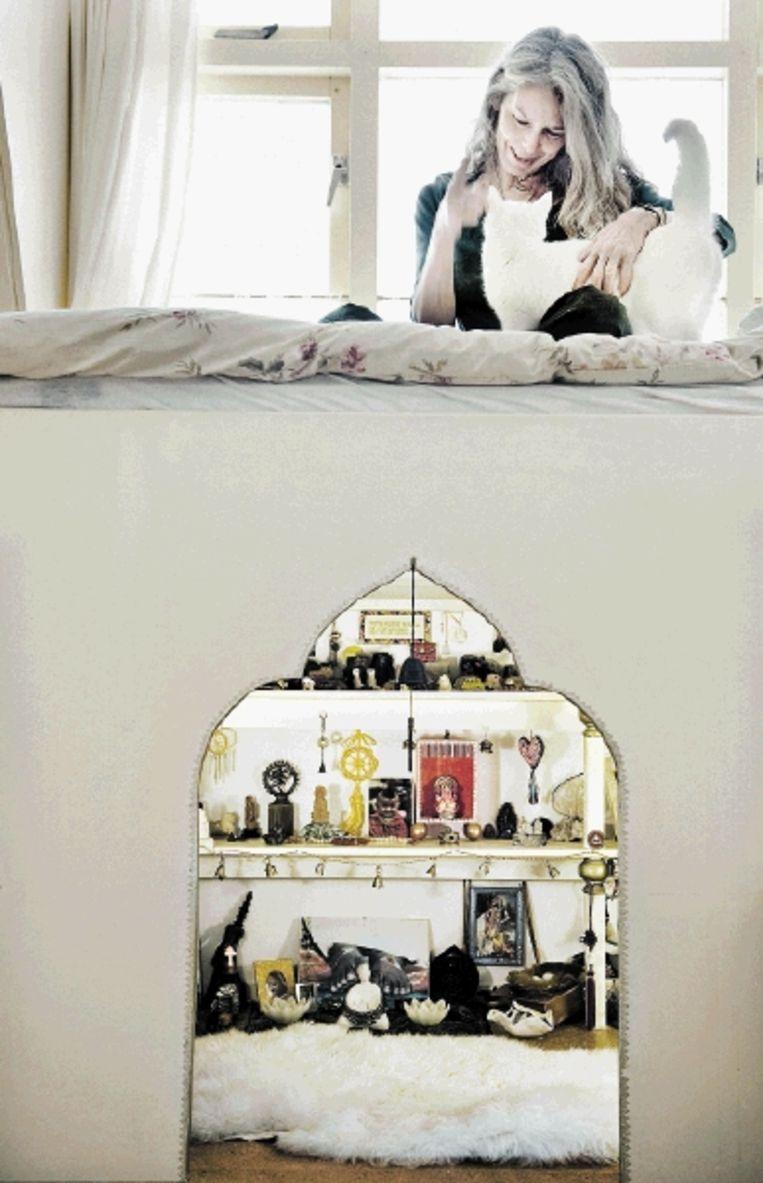 Maria Hartog, met haar favoriete altaar, dat onder haar bed is geplaatst. (FOTO REYER BOXEM) Beeld reyer boxem