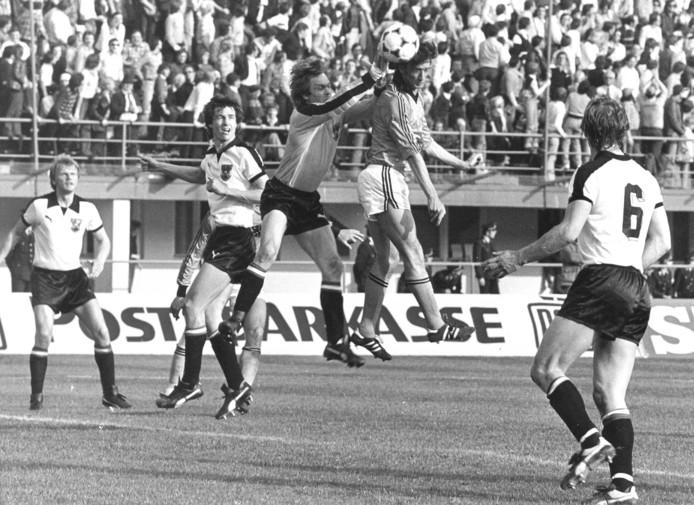 1978: Rob Rensenbrink gaat tijdens het duel met Oostenrijk bij het WK in Argentinië een duel aan met de doelman.