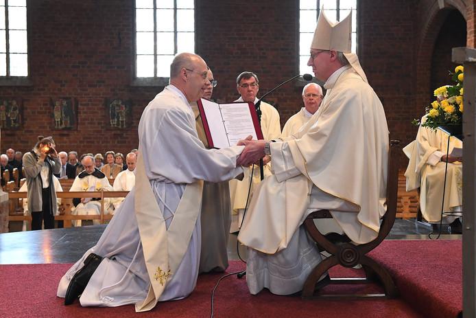Bisschop De Korte met karmeliet Luc Janssens.