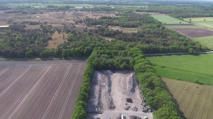De puinsorteerder van Paulissen (midden, onder) aan de rand van natuurgebied de Regte Heide.