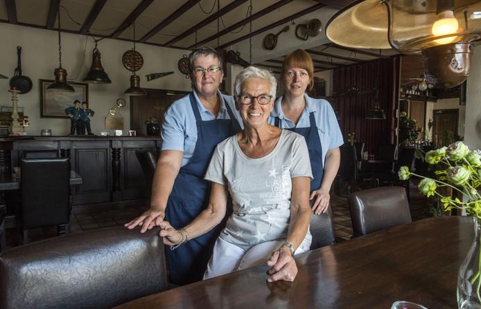 Eigenaar Leny Brouwer van café-restaurant De Marke met snackbarmedewerksters Regina Grobben (links) en Marianne Scharphof.