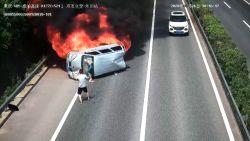 Motorrijder bevrijdt passagiers en riskeert eigen leven