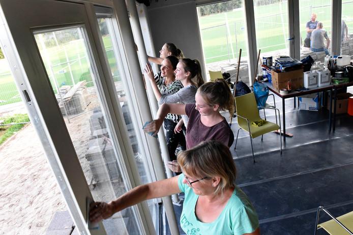 Nellie, Charmaine, Nelleke, Kim en Maureen schuren kozijnen in de kantine van SDO in Kamerik.