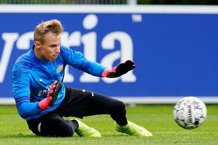 Maxime Delanghe  in actie tijdens de eerste training van Jong PSV in seizoen 2020-2021.