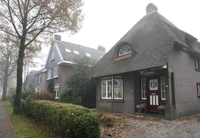 Villa De Toetoepan (1921) aan de Anna Paulownalaan, gebouwd in traditionele cottagestijl. foto Cees Baars ;Villa Appoldro (1846) aan de Loolaan, een van de oudste huizen van Apeldoorn. foto Cees Baars