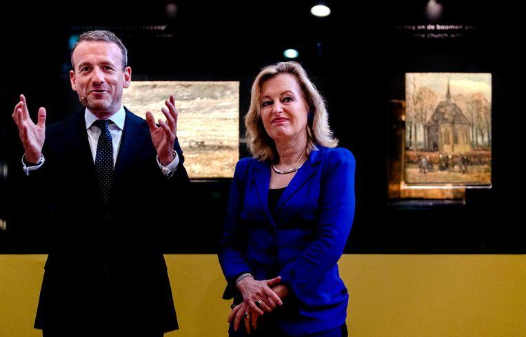 Axel Rüger (directeur Van Gogh Museum) en Jet Bussemaker (minister van Onderwijs, Cultuur en Wetenschap) onthullen de twee gestolen Van Gogh-schilderijen die in september nabij Napels zijn gevonden door de Italiaanse politie. Beeld anp