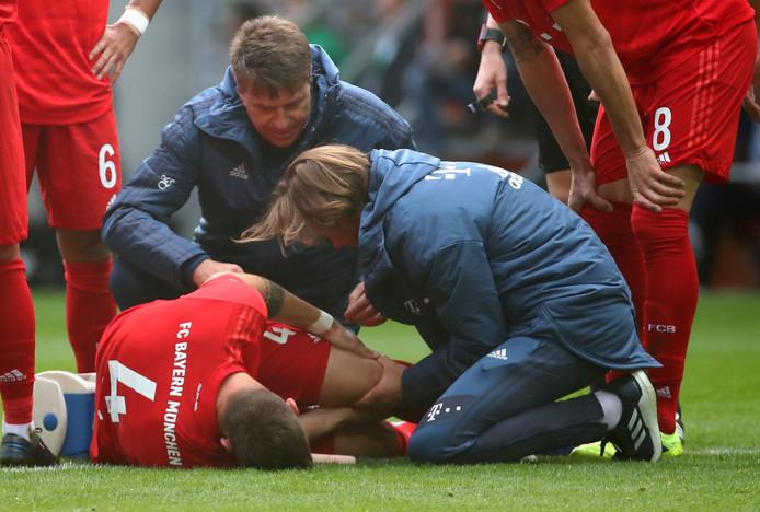 Niklas Süle grijpt naar zijn knie in Augsburg.