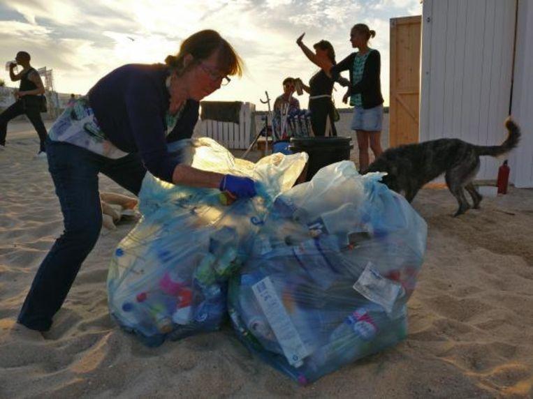 Afgelopen zomer, toen het extra druk was op het strand, hadden de vrijwilligers de handen vol.
