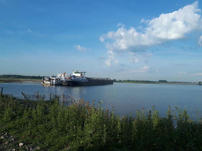 De twee schepen zijn na de aanvaring naar de calamiteitensteiger in de haven van Haaften gegaan.