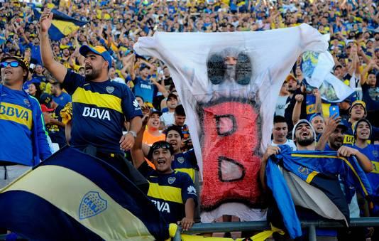 Fans van Boca Juniors bij de vorige Superclásico tegen aartsrivaal River Plate. Het spook met de B refereert aan de degradatie van River Plate in 2011.