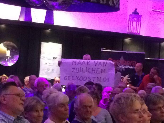 Avond over huisvesting arbeidsmigranten in Zuilichem.